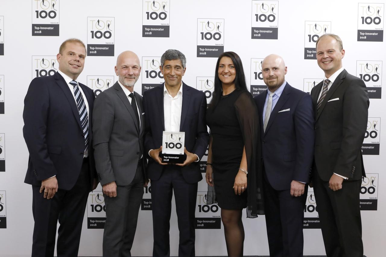 Ranga Yogeshwar übergibt die Auszeichnung TOP 100 an Ralf Walkenhorst, Christian Meetz, Inga Knoche, Torben Volkmann und Nico Lüdemann von bluecue consulting (Copyright: KD Busch/compamedia)