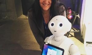 Inga auf der HUB-Berlin 2017 mit Pepper Robot